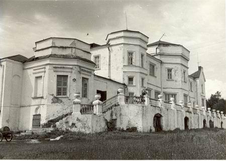 Усадьба Б.Н.Чичерина. Барский дом. Общий вид с юга. Фото Е.П.Попова. 1990 г