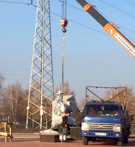 В сквере на бульваре Энтузиастов начали установку памятника Вернадскому