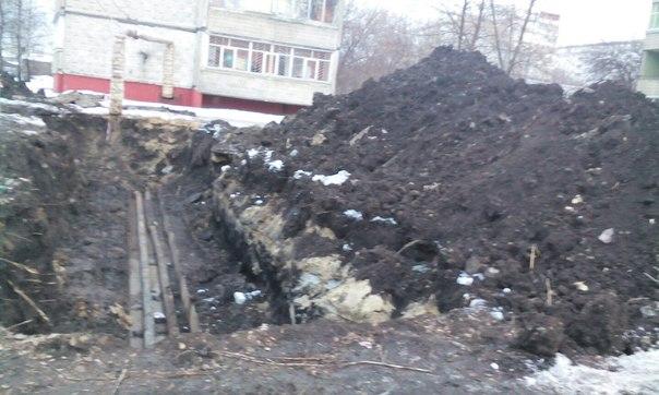 Во дворе многоэтажки на бульваре Энтузиастов областного центра автомобиль буквально ушел под землю