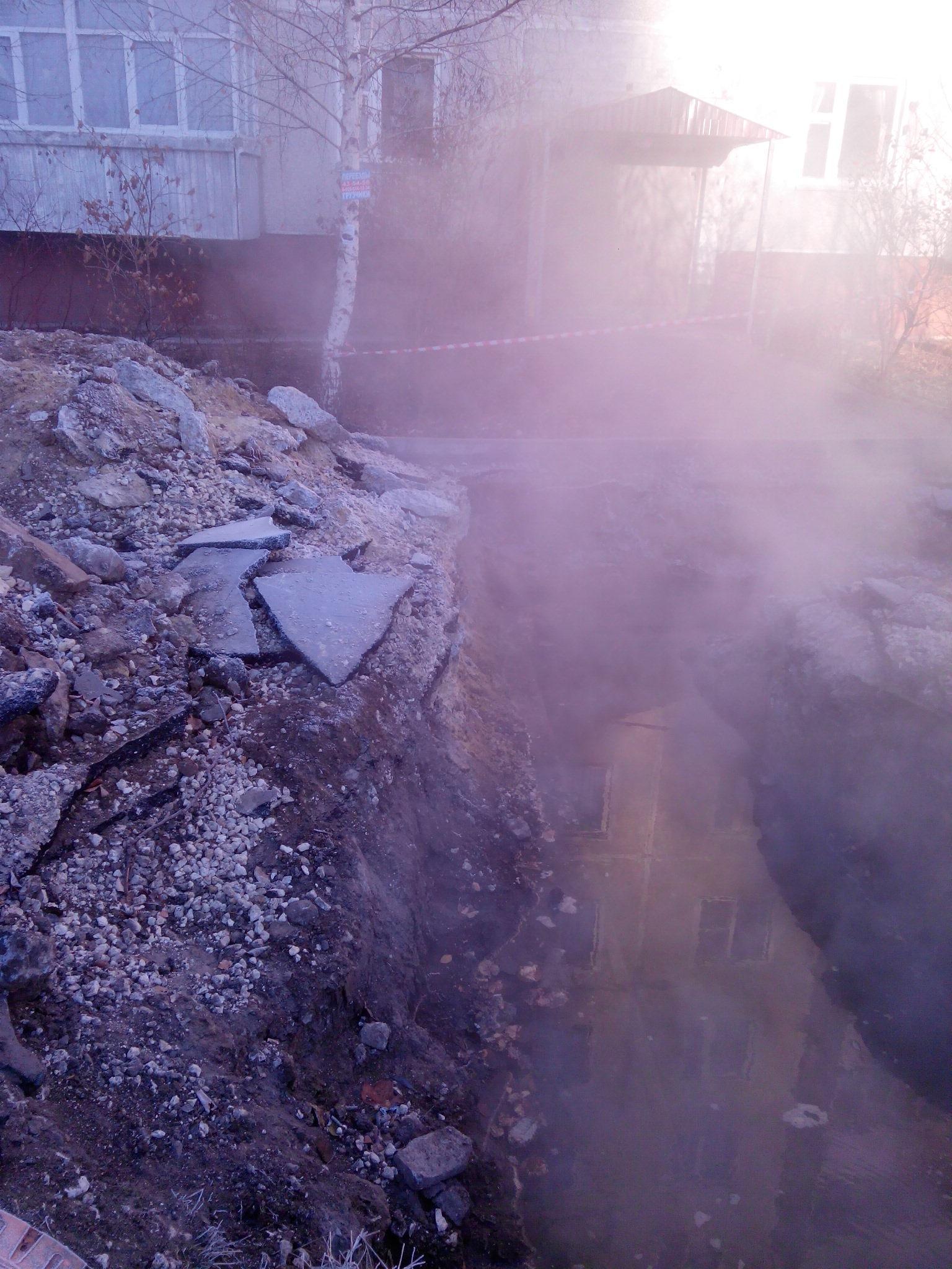 На улице Мичуринской в Тамбове много дней подряд разрыта глубокая яма с парящей водой