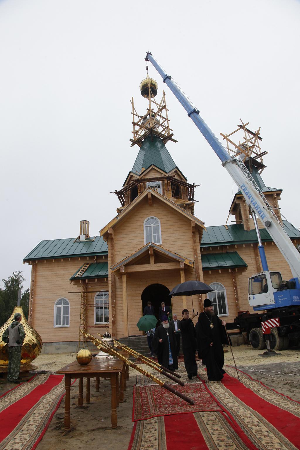 Купола, кресты и колокола для храма освятил митрополит Тамбовский и Рассказовский Феодосий