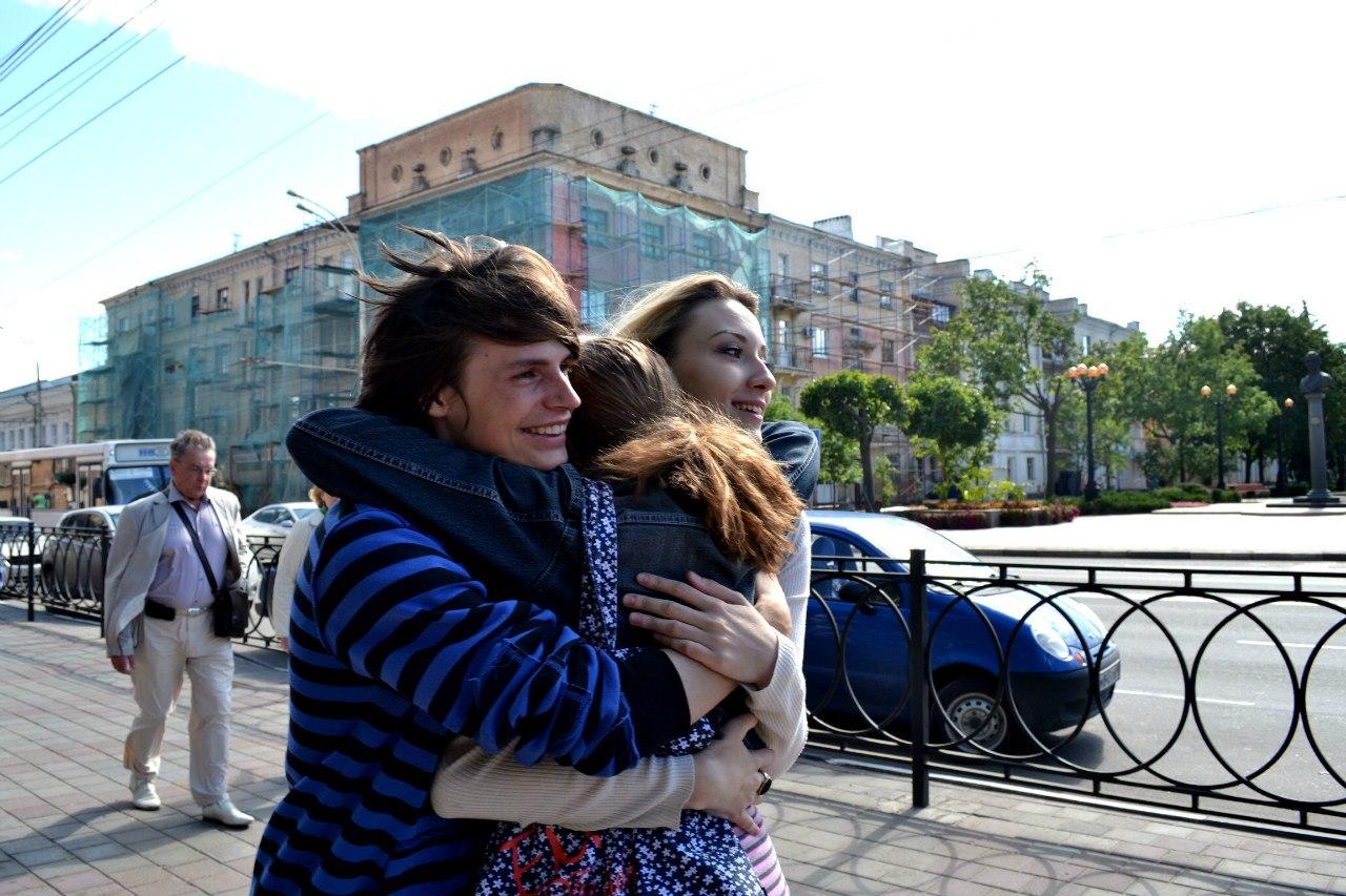 """Участники флешмоба """"Free hugs""""в Тамбове проложили маршрут от площади Ленина до улицы Набережной"""