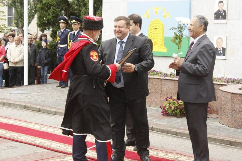 Первые лица города поздравили и наградили горожан,  чьи имена и фотографии на протяжении года будут украшать городскую Доску Почета