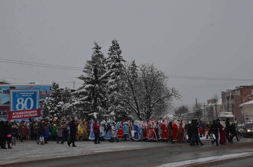 ВЕвпатории проходит парад дедушка Морозов иСнегурочек