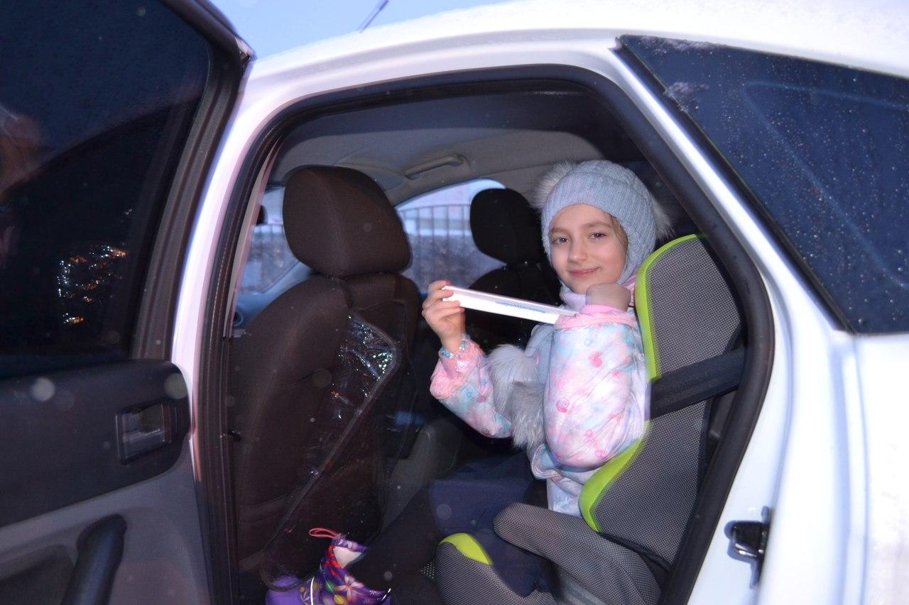 Полицейский дедушка Мороз раздавал детям билеты вцирк