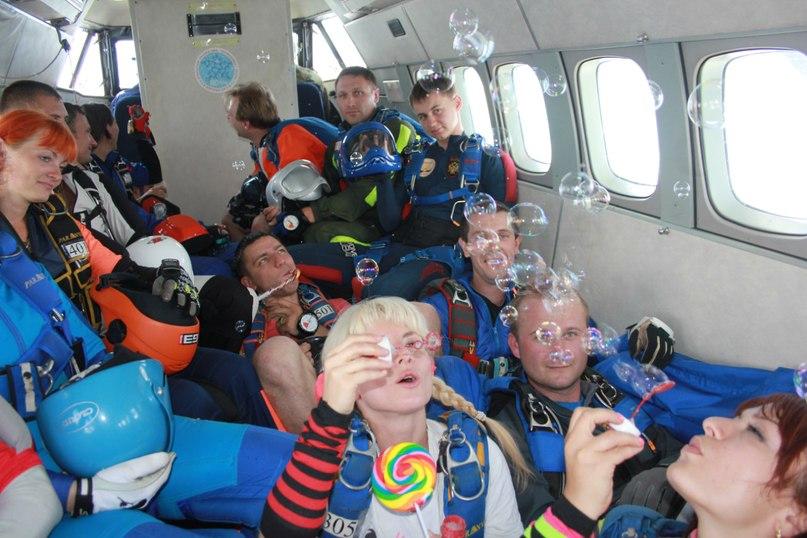 Лучшие парашютисты Черноземья устроили в небе кастюмированный перфоманс