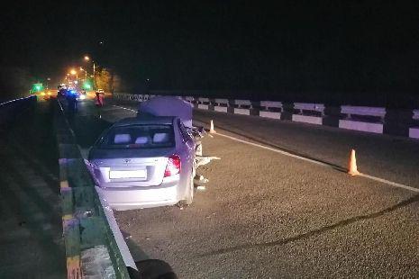 На Рассказовском шоссе иномарка врезалась в ограждение моста