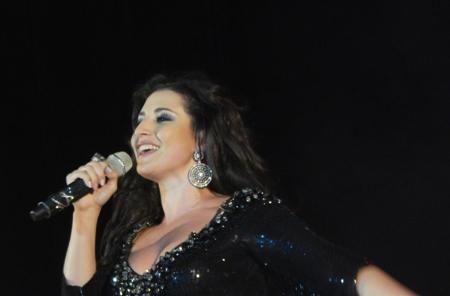 Певица Жасмин со смартфоном в руках представила на концерте в Тамбове свою новую песню